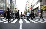 新宿西口、大ガード西交差点(目印はとみん銀行)から北に入る通りを進みます